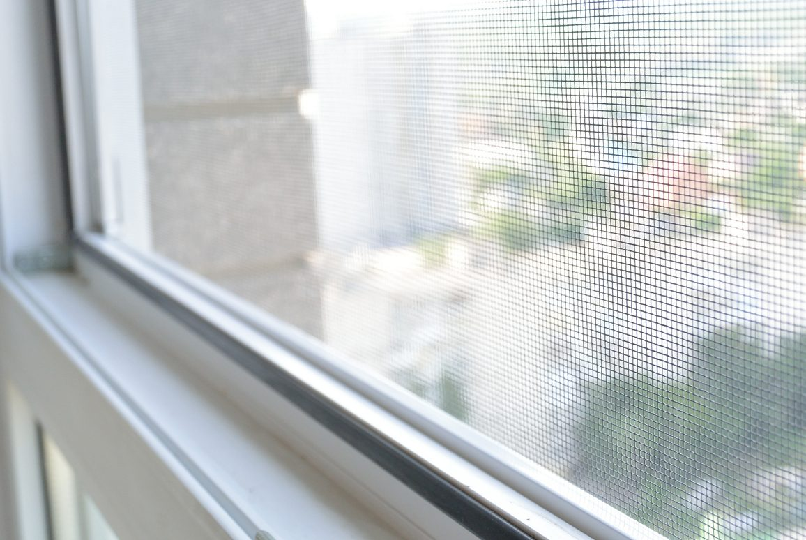 Moskitiery drzwiowe i okienne – czy warto?